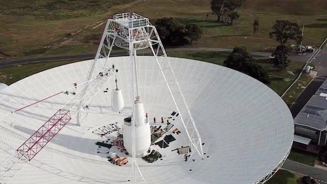 Los equipos realizan actualizaciones y reparaciones críticas en la antena de radio de 70 metros de ancho (230 pies de ancho) Deep Space Station 43 en Canberra, Australia.