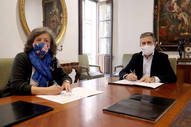 El presidente del Instituto Provincial de Bienestar Social (IPBS), Francisco Ángel Sánchez, y la presidenta de Unicef Comité Andalucía, Claudia Zafra, durante la firma