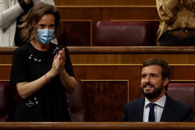 La portavoz del Grupo Popular, Cuca Gamarra, aplaude al lado del líder del PP, Pablo Casado