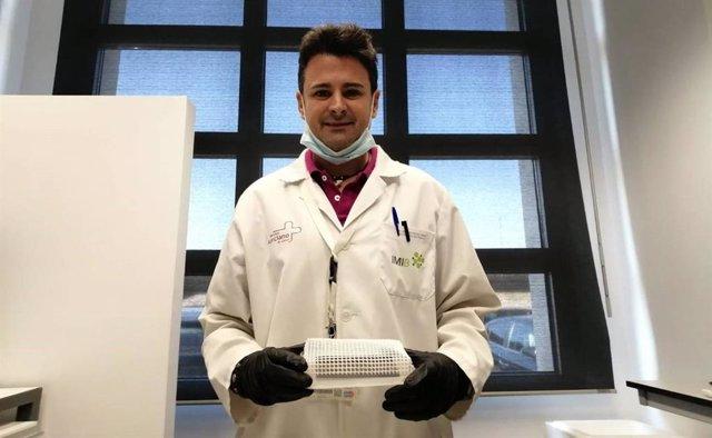 El investigador Esteban Orenes sujeta una de las 'trampas' que han creado para detectar la presencia del coronavirus en superficies