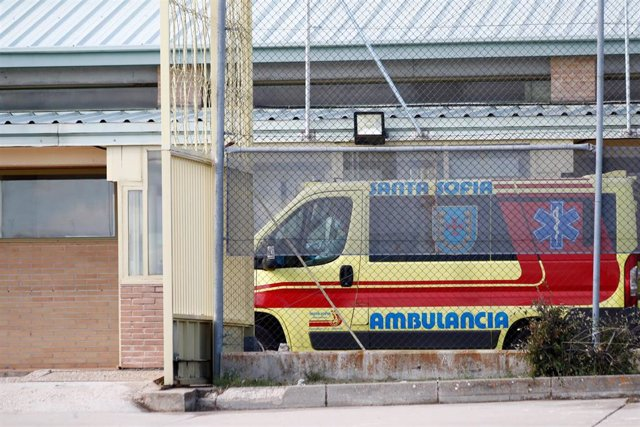 Una ambulancia espera fuera en la entrada de acceso de la cárcel de Soto del Real (Madrid) a 2 de octubre de 2020. La Secretaría General de Instituciones Penitenciarias ha acordado nuevas medidas contra el Covid en el Centro Penitenciario Madrid V (Soto d
