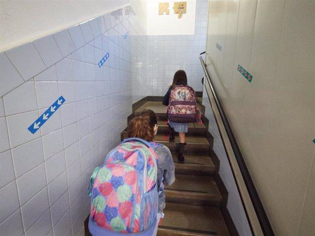 En el primer día de colegio del curso escolar 2020-2021, niños entran al Colegio Público Víctor Pradera en Pamplona