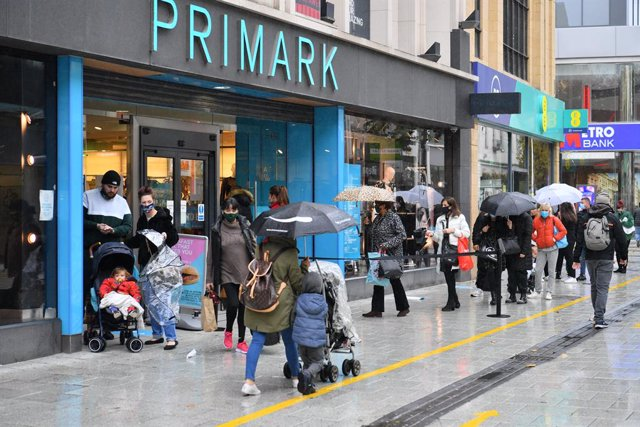 """23 October 2020, Wales, Cardiff: Shoppers walk outside a busy Primark on Queen Street. Wales will enter a two-week """"firebreak"""" lockdown in an attempt to protect the country's NHS from being overwhelmed by the resurgence of coronavirus. Photo: Ben Birchall"""