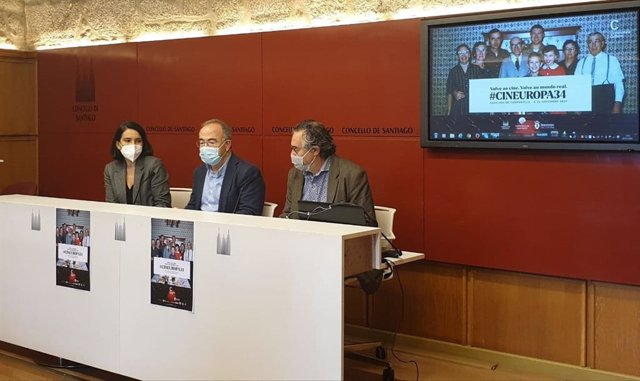 La concejala de Acción Cultural, Mercedes Rosón, el alcalde de Santiago, Xosé Sánchez Bugallo, y el director del festival 'Cineuropa', José Luis Losa, presentan la 34ª edición del evento.