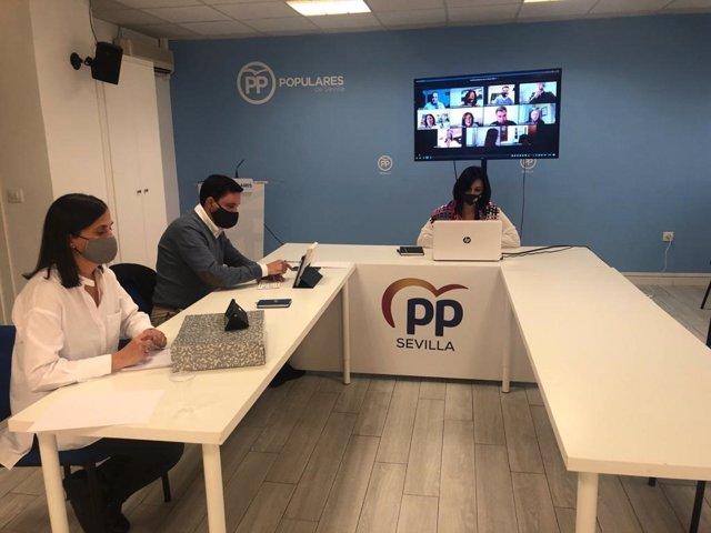 Dirigentes del PP de Sevilla mantienen un encuentro telemático con representantes del sector de la flor cortada.