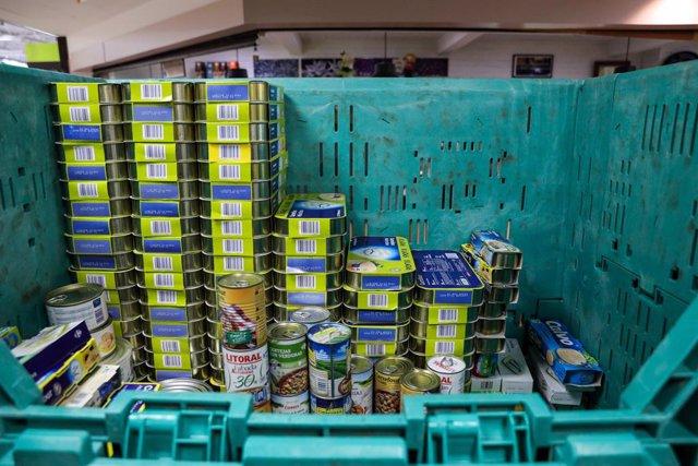 Comida dentro de grandes cajas en el Carrefour de Alcobendas, uno de los muchos puntos de recogida de alimentos. En Madrid, a 24 de noviembre de 2019.