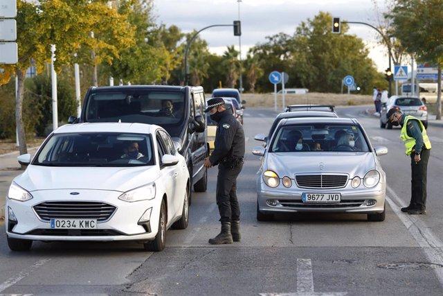 La Guardia Civil y la Policía local de Pulianas,  realizan juntos controles de tráfico en los límites de la ciudad de Granada y la localidad de Pulianas debido al cierre perimetral en Granada  y su área metropolitana. Granada a 26 de octubre 2020