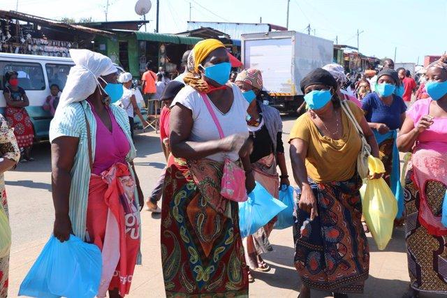 Un grupo de mujeres en un mercado callejero de Maputo, Mozambique.
