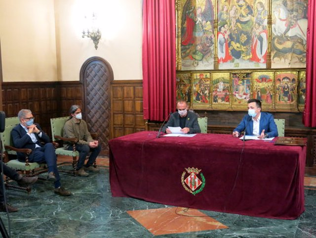Imatge de la signatura del conveni amb l'alcalde de Lleida, Miquel Pueyo, el delegat d'Aqualia a Lleida i Tarragona, Francesc Quintillà, i el tinent d'alcalde Sergi Talamonte i el cap de l'Oposició, Fèlix Larrosa, el 3 de novembre del 2020. (Horitzontal)