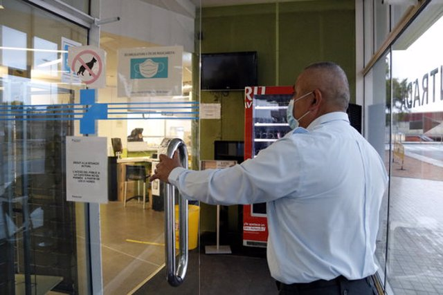 Pla mig del guarda de seguretat a l'entrada de la cafeteria de l'Hospital Universitari Arnau de Vilanova de Lleida. Imatge del 3 de novembre de 2020. (Horitzontal)