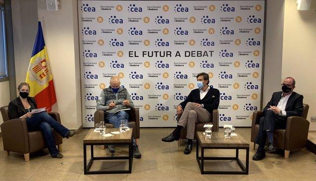 La periodista Noemí Rodríguez modera la taula rodona amb Joan Viladomat, de Grandvalira-Saetde, Miguel Pedregal, de Caldea, i Jordi Daban, de Daguisa Hotels.