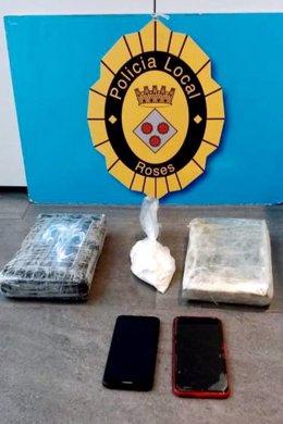 Els fardells amb els 2,8 quilos de cocaïna que ha interceptat la Policia Local de Roses durant el control d'aquest 3 de novembre del 2020 (Vertical)