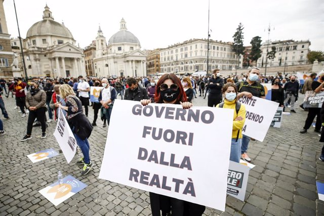 02 November 2020, Italy, Rome: Food and beverage workers take part in a demonstration at Piazza del Popolo against the imposed restrictions to curb the spread of the coronavirus. Photo: Cecilia Fabiano/LaPresse via ZUMA Press/dpa