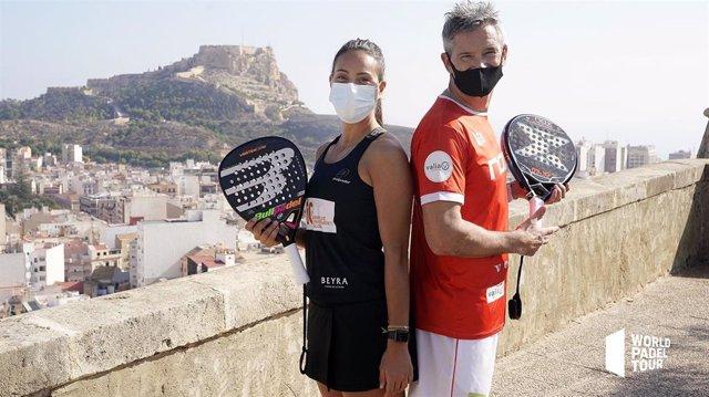 Los jugadores de pádel Sofía Araujo y Miguel Lamperti en la presentación del Estrella Damm Alicante Open