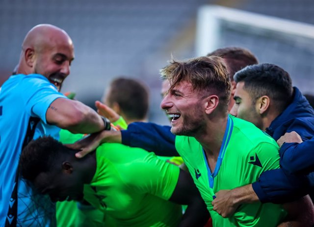 01 November 2020, Italy, Turin: Lazio's Ciro Immobile celebrates with his teammates after scoring his side's third goal during the Italian Serie A soccer match between Torino FC and SS Lazio at Olympic Grande Torino Stadium. Photo: Fabrizio Carabelli/LPS