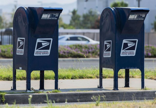 16 August 2020, US, San Jacinto: Drive-through drop boxes of the US Postal Service are placed on Alessandro Boulevard in front of the USPS building in Moreno Valley. Top US Democrat Nancy Pelosi on Sunday said she would call the House of Representatives b