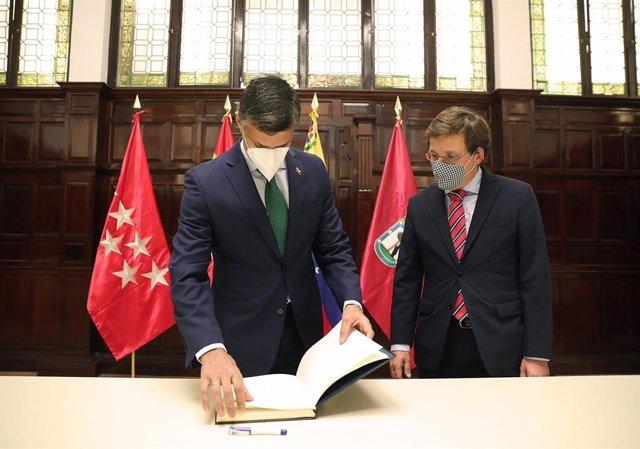 El alcalde de Madrid, José Luis Martínez-Almeida, recibe en el Palacio de Cibeles al opositor venezolano Leopoldo López.