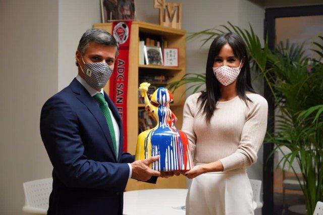 La vicealcaldesa de Madrid, Begoña Villacís, regala a Leopoldo López una menina que emula la Estatua de la Libertad con los colores de Venezuela