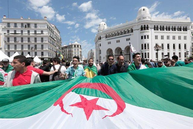 Manifestación en Argelia para exigir la salida del poder de personas del círculo del expresidente Abdelaziz Buteflika