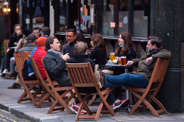 17 October 2020, England, London: People have a drink outside a pub in Soho, on the first day after the city was put into Tier 2 restrictions to curb the spread of coronavirus. Photo: Dominic Lipinski/PA Wire/dpa