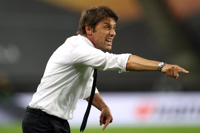 FILED - 21 August 2020, North Rhine-Westphalia, Cologne: Inter Milan head coach Antonio Conte gestures on the touchline during the UEFA Europa League final soccer match between Sevilla FC and Inter Milan at the Rhein Energie Stadium. Conte decided to stay