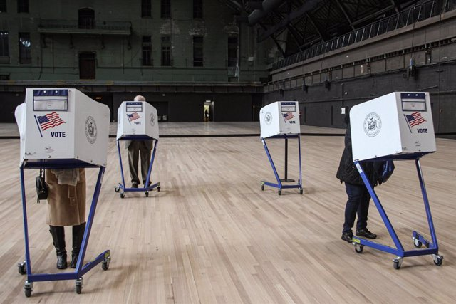 03 November 2020, US, New York: People cast their votes at privacy booths inside the Seventh Regiment polling station during the US Presidential election. Photo: Niyi Fote/TheNEWS2 via ZUMA Wire/dpa