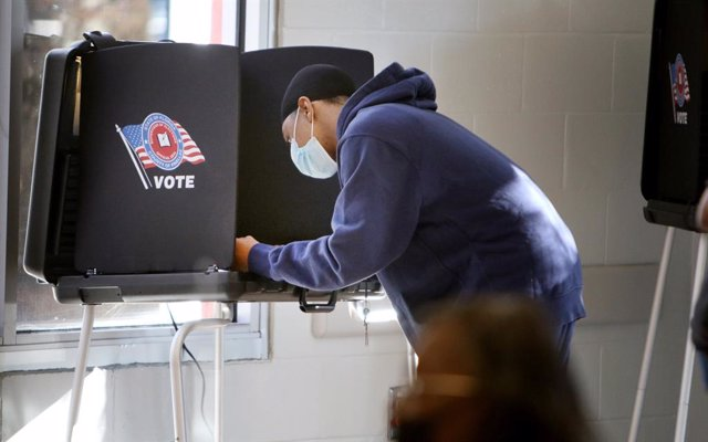 03 November 2020, US, Clearwater: A voter fills out his ballot at North Greenwood Recreation Complex during the US Presidential election. Photo: Douglas R. Clifford/Tampa Bay Times via ZUMA Wire/dpa