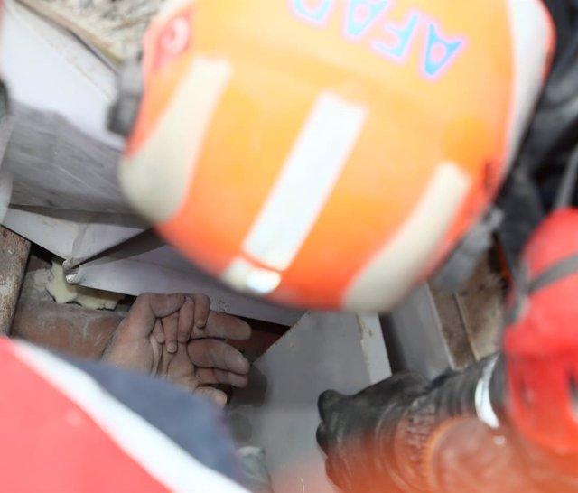 Rescate de una niña entre los escombros en la ciudad de Esmirna, Turquía