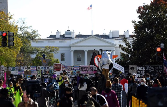 03 November 2020, US, Washington: Anti-Trump protesters gather outside the White House during while vote is still ongoing during the US Presidential election. Photo: Essdras M. Suarez/ZUMA Wire/dpa