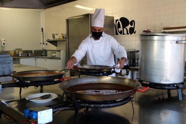 Pla general de la cuina d'El Graller Rialler, amb el cuiner preparant comandes. Imatge publicada el 4 de novembre del 2020. (Horitzontal)