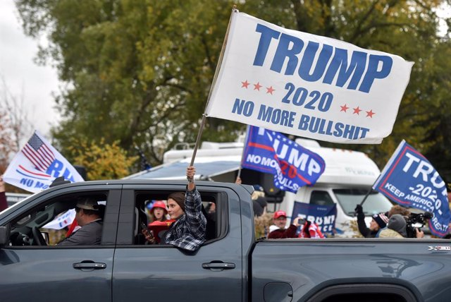 24 October 2020, US, Dallas: US President Donald Trump supporters drive a car during a mobile-rally near the site of Former Vice President and Democratic Presidential candidate Joe Biden rally. Photo: Aimee Dilger/SOPA Images via ZUMA Wire/dpa