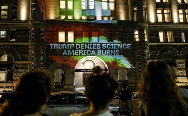 Protesta de activistas ecologistas en la Torre Trump