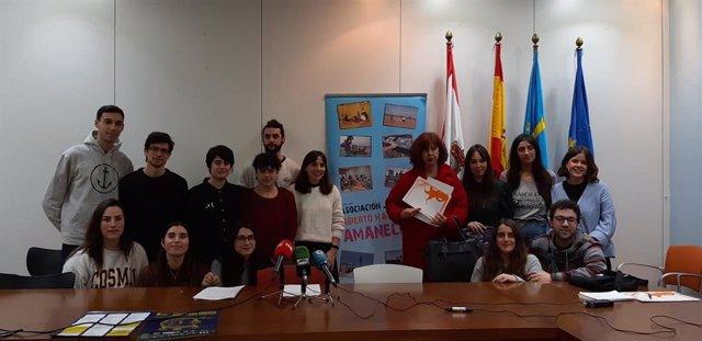 Miembros de la asociación juvenil  'Abierto hasta el Amanecer', durante la presentación de una de las fases del programa de ocio nocturno alternativo