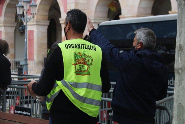 Pla tancat de dos firaires manifestant-se davant el Parlament de Catalunya durant la concentració d'aquest dimecres. Imatge del 4 de novembre de 2020. (Horitzontal)