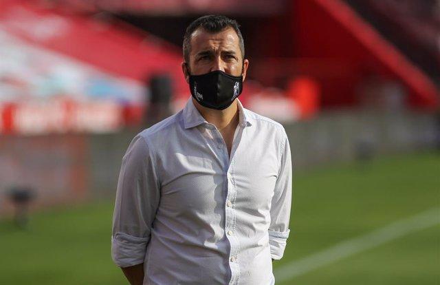 Diego Martínez dirigiendo al Granada
