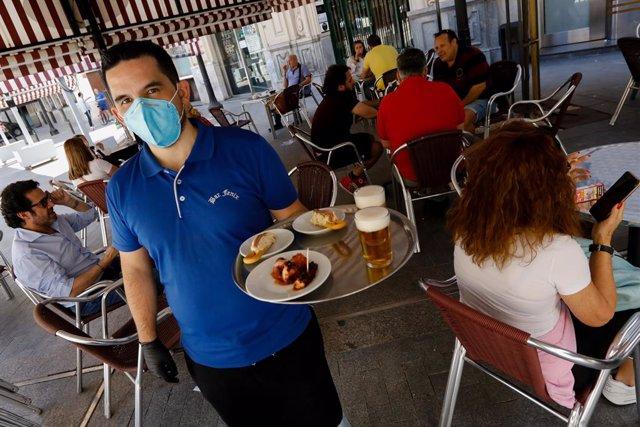 Clientes en las terrazas de los bares de la Plaza de las Flores en la capital de Murcia, el día en el que la región, con la tasa de incidencia en coronavirus más baja de España, pasa a la fase la fase 1 del plan de desescalada que ha elaborado el Gobierno