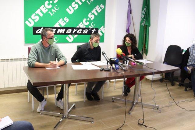 Pla obert del delegat sindical d'USTEC, Raúl Cansado, el delegat de Salut Laboral d'USTEC a Girona i la portaveu del sindicat a Girona, Glòria Polls, en una roda de premsa el 4 de novembre de 2020 (Horitzontal)