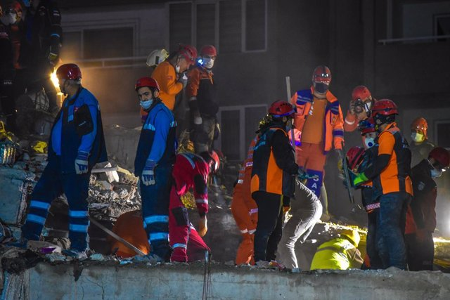01 November 2020, Turkey, Izmir: Search and rescue works continue at a collapsed building in Bayrakli district after a powerful earthquak Photo: Altan Gocher/ZUMA Wire/dpa