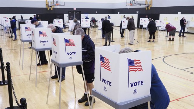 03 November 2020, US, Sioux City: People cast their votes at privacy booths inside a polling station at a local school gymnasium during the US Presidential election. Photo: Jerry Mennenga/ZUMA Wire/dpa