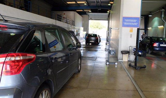 Vehículos en una estación de la Inspección Técnica de Vehículos (ITV).