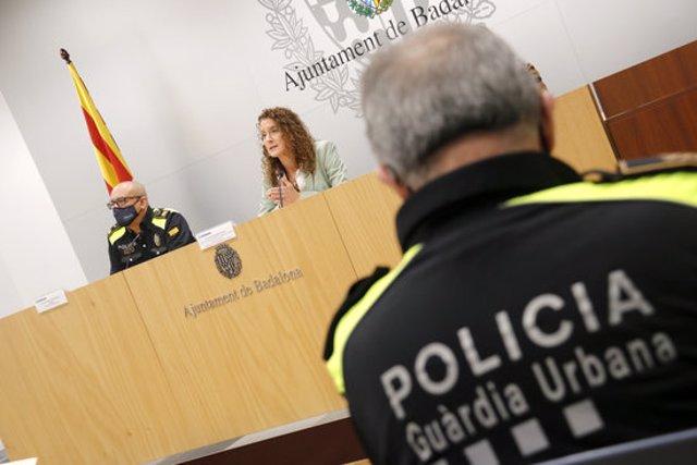 La regidora de Seguretat de Badalona, Irene González, en roda de premsa sobre la Guàrdia Urbana, el 4 de novembre de 2020 (horitzontal)