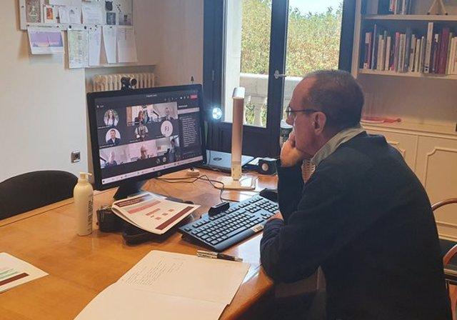Pla mitjà on es pot veure l'alcalde de Lleida, Miquel Pueyo, participant de manera telemàtica a la Comissió de Seguretat, el 4 de novembre de 2020. (Horitzontal)