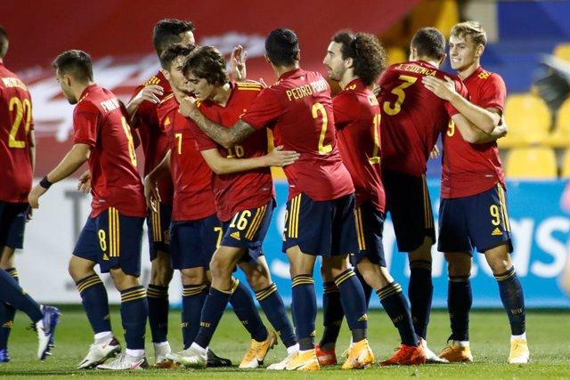 La selección española sub-21 celebra un gol