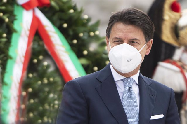 HANDOUT - 04 November 2020, Italy, Rome: Italian Prime Minister Giuseppe Conte attends the National Unity and Armed Forces Day celebrations at Tomb of the Unknown Soldier which marks the anniversary of the end of World War I for Italy, on 04 November 1918
