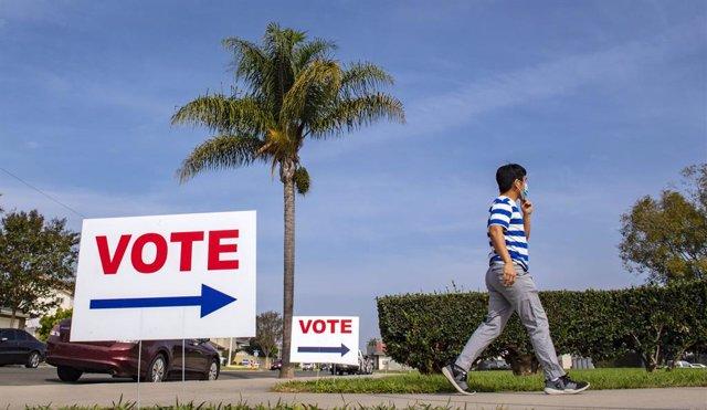 Un hombre acude a votar en las elecciones estadounidenses