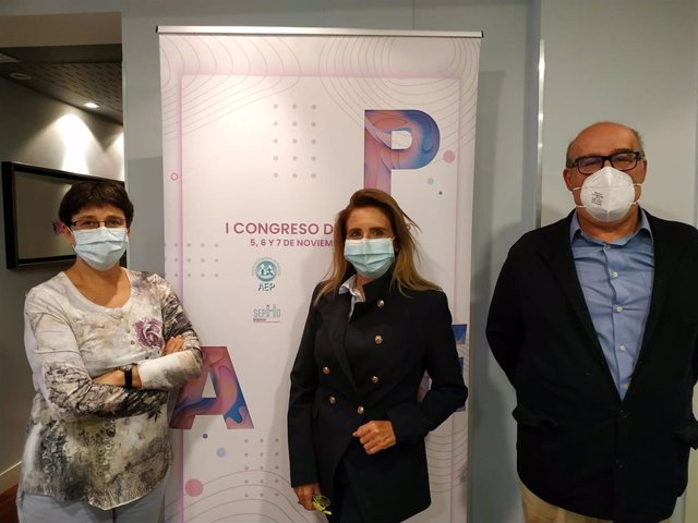 De izquierda a derecha: Doctora Josefa Rivera, presidente del Comité de Congresos Científicos de la AEP;  doctora María José Mellado, presidente de la AEP y el doctor Juan Ruiz-Canela, vicepresidente de Atención Primaria de la AEP