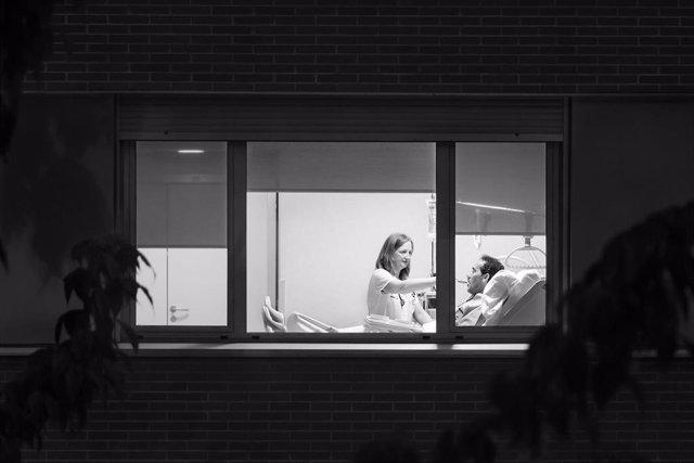 Foto ganadora del certámen 'FotoEnfermería 2018'. Enfermera atiende a un paciente