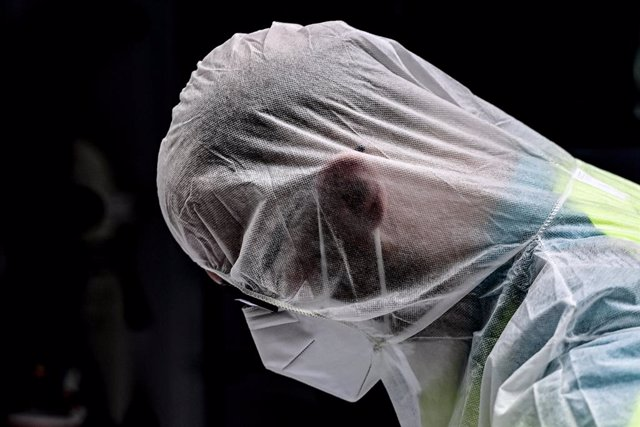 02 November 2020, Belgium, Antwerp: An Ambulance centre Antwerp worker wears a full protective suit is seen during the transport of coronavirus patient. Belgium is in a second lockdown as hospitalisations of COVID-19 patients reach record highs. Photo: Di