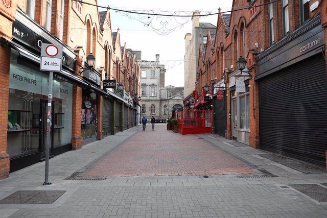 Tiendas cerradas en Dublín tras la imposición de un nuevo confinamiento