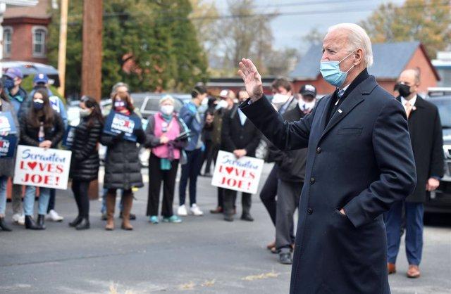 El candidat presidencial demòcrata, Joe Biden, parla amb els seus simpatitzants durant les eleccions presidencials dels EUA.
